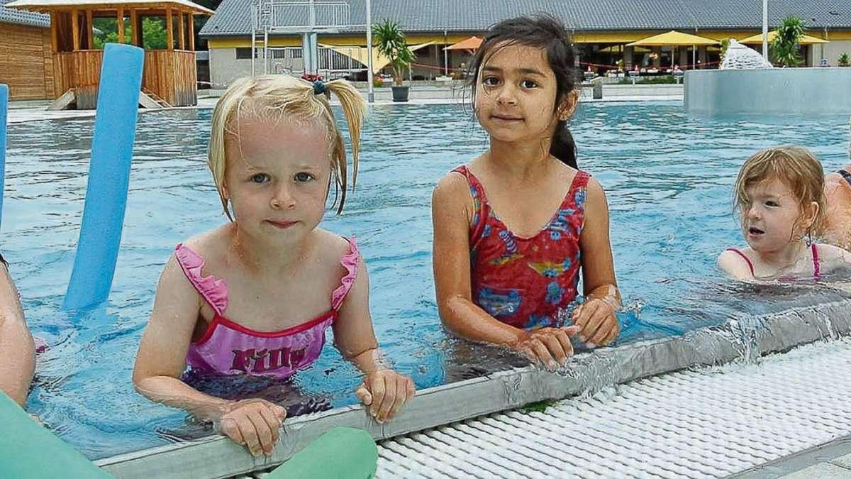 ... Mahlum und Bornum erste Erfahrungen im Schwimmbecken. Foto: Vollmer