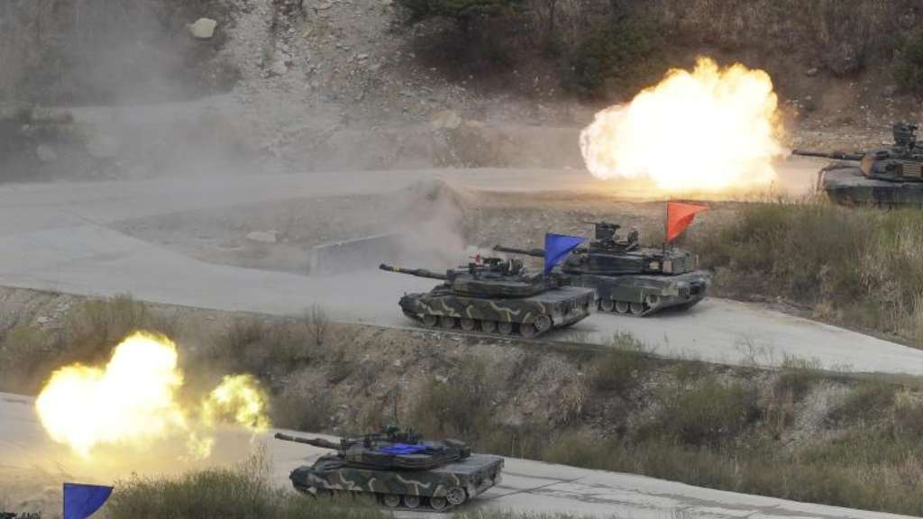 Südkoreanische und US-amerikanische Panzer bei einem Manöver auf dem Seungjin Fire Training Field in Pocheon (Südkorea). Foto: Ahn Young-Joon/Archiv