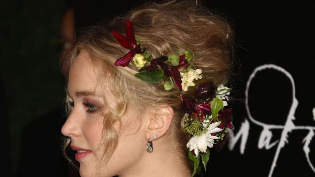 "Jennifer Lawrence kommt als Blumenkind zur Premiere von ""mother!"" in New York. Foto: Nancy Kaszerman"