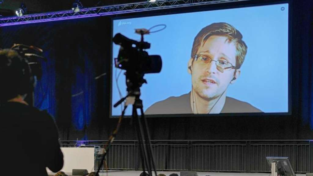 Edward Snowden wird während des 34. Chaos Communication Congress per Video aus Russland zugeschaltet. Foto: Sebastian Willnow